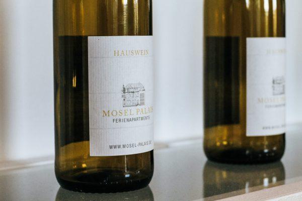 Weinflaschen im Mosel-Palais