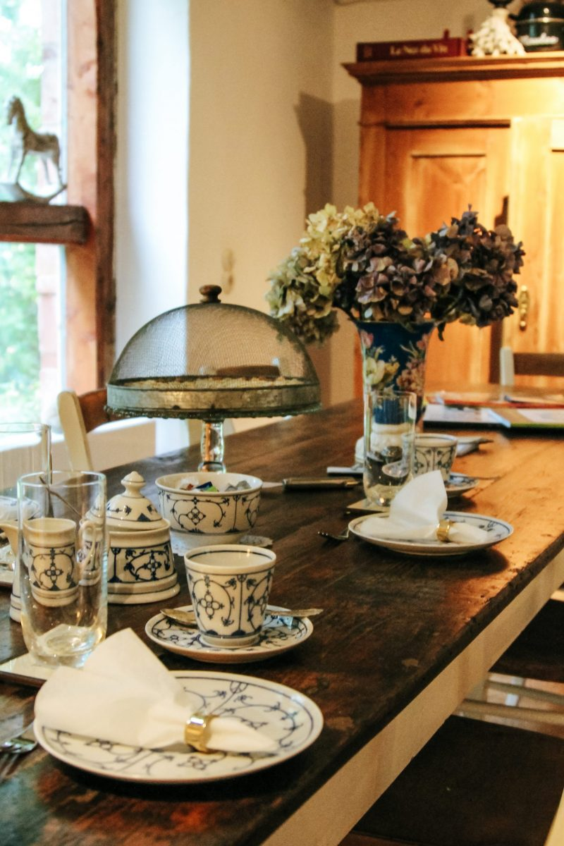 Gedeckter Tisch in der Warft Simmerdeis