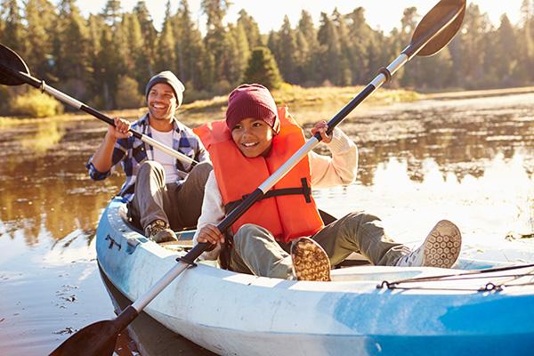 Jungs beim Kanu fahren - Aktivurlaub Wandern