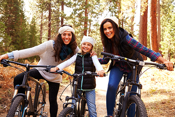Frauen und Mädchen beim Mountainbiken - Aktivurlaub Wandern