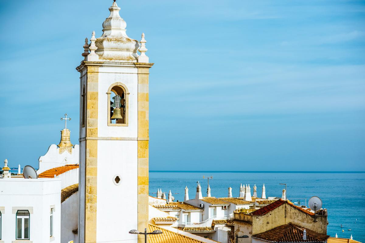 Altstadt mit Kirche in Albufeira - Roadtrip entlang der Algarve