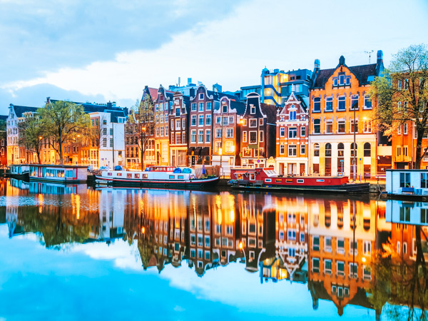 Häuser und Grachten in Amsterdam - Wochenendtrips