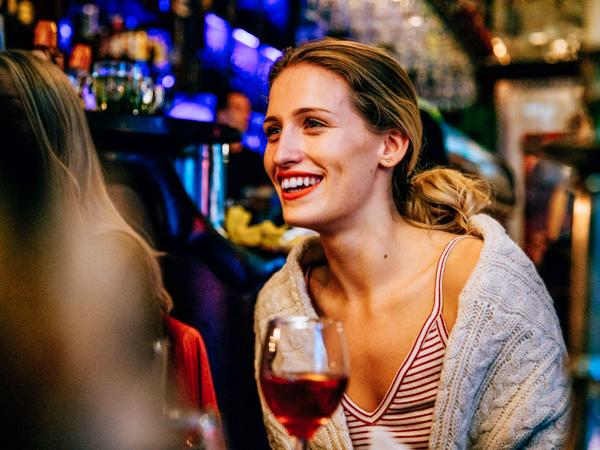 Frau im Club in Berlin - Wochenendtrips