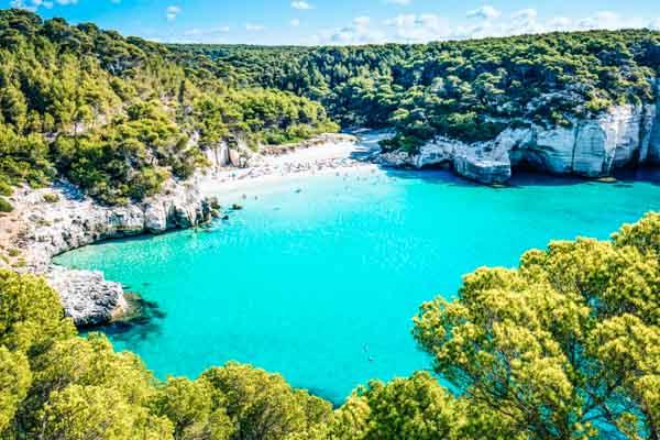 Bucht auf Menorca - Strandurlaub auf den Balearen