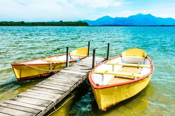 Boote auf einem See im Chiemgau