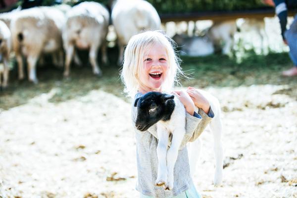 Kind mit Lamm auf dem Arm - Digital Detox