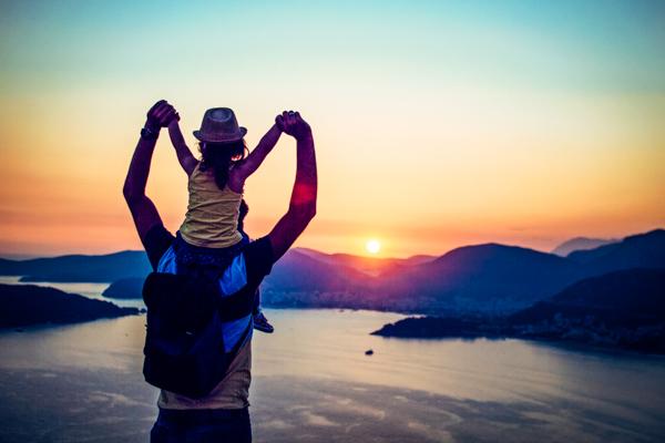 Vater mit Kind am Meer - Familienurlaub an der Adria