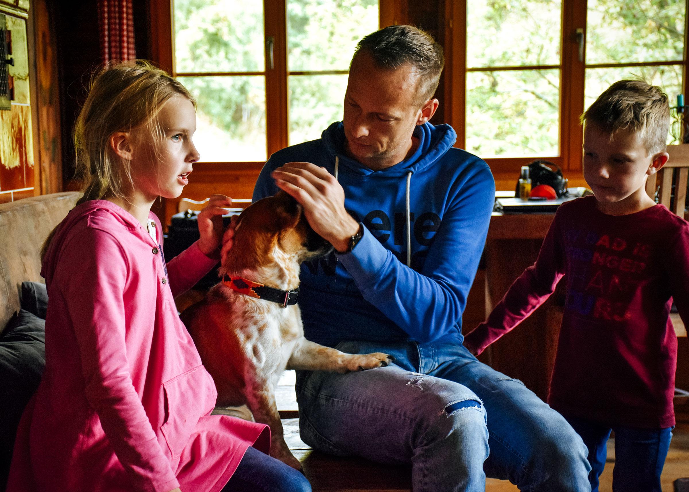 Familie mit Hund in einer Ferienhütte - Wanderurlaub mit Hund