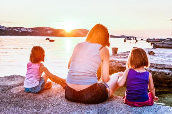Mutter mit zwei Kindern am Meer - Familienurlaub an der Adria