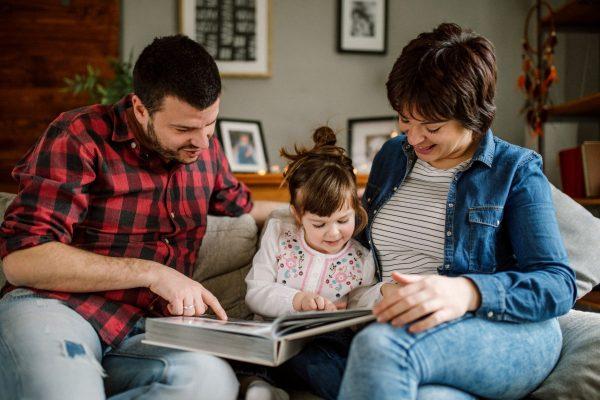 Eltern mit Kleinkind lesen - Was kann man zuhause machen?