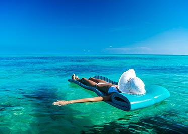 Frau auf Luftmatratze im Wasser in Florida