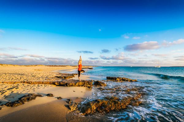 Yoga am Strand von Formentera - Aktivurlaub auf den Balearen
