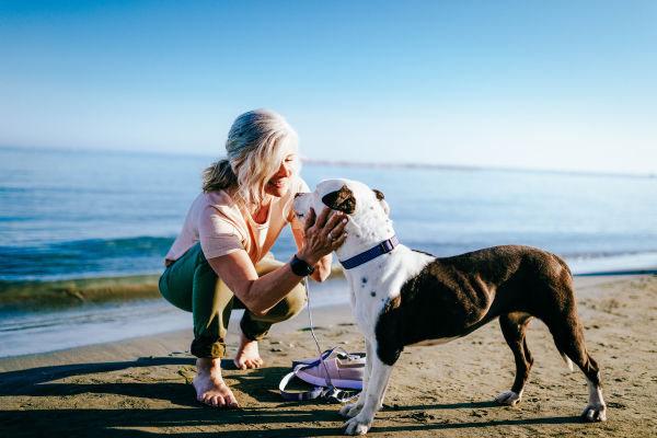 Frau mit Hund am Strand - Nordsee mit Hund