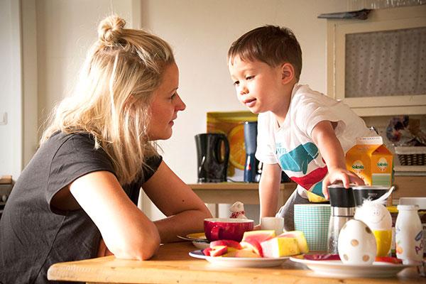 Mutter und Kind beim Frühstück - Ferienhaus vs. Hotel