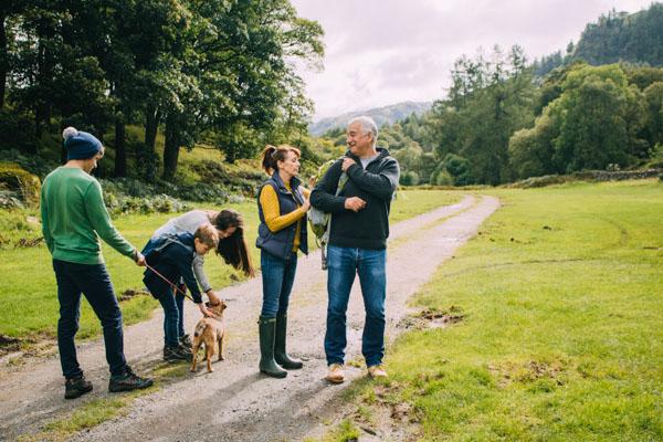 Spaziergang mit Hund im Chiemgau