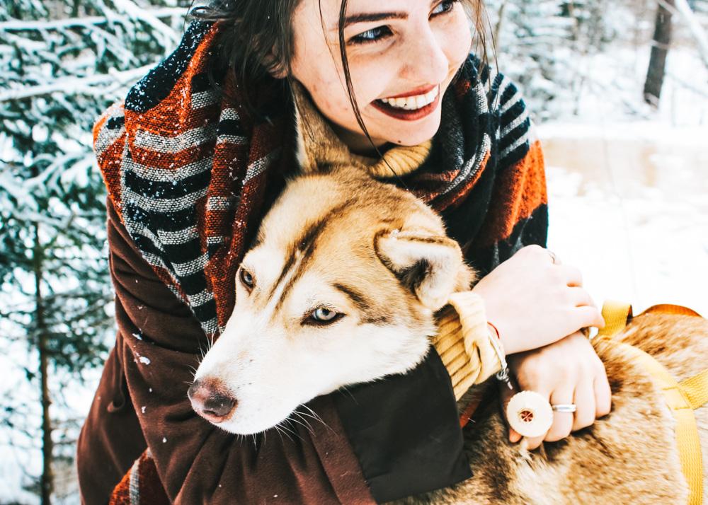 Frau umarmt ihren Hund - Silvester mit Hund