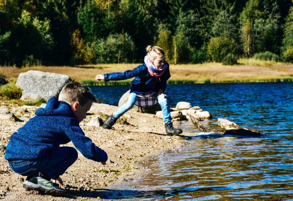 Kindern beim Spielen am Seeufer - Aktivurlaub im Schwarzwald