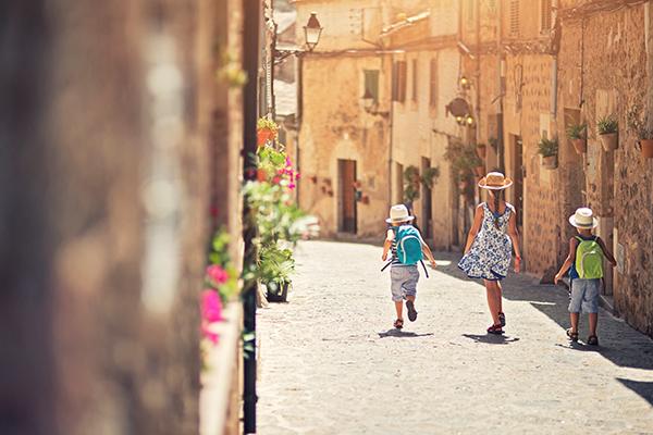 Kindern in den Gassen auf Mallorca - Reiseziele im Frühling