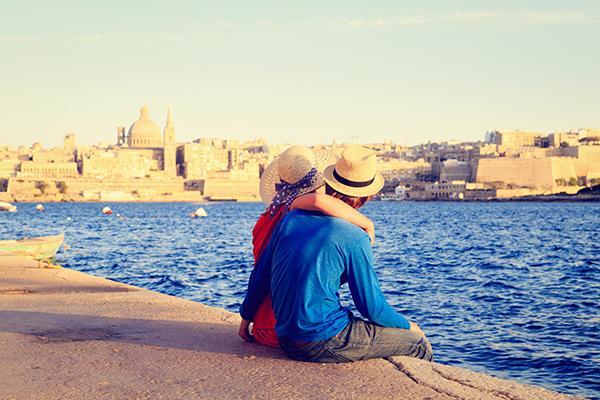 Paar am Wasser auf Malta - Reiseziele im Frühling