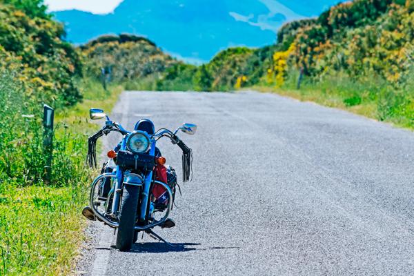 Motorrad auf leerer Straße - Motorradreisen