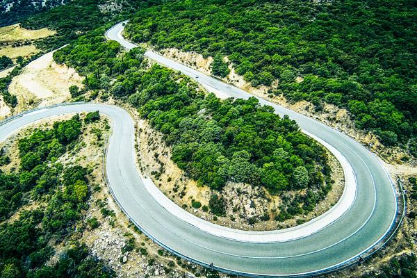 Gewundene Straße auf Sardinien - Motorradreisen