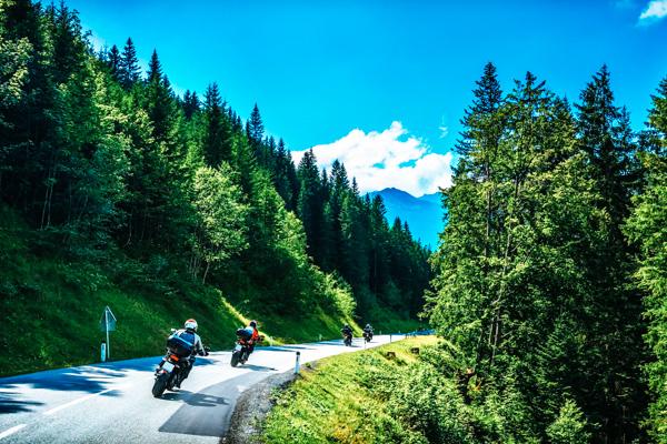 Motorradfahrer auf der Straße im Schwarzwald - Motorradreisen