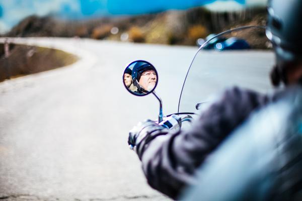 Spiegel eines Motorradfahrers - Motorradreisen