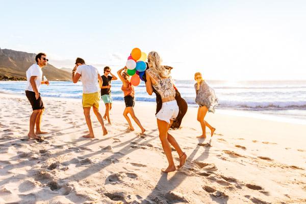 Freunde am Strand - Partyurlaub auf den Balearen