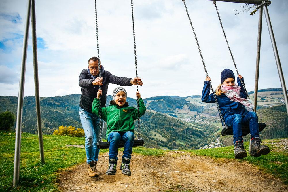 Familie beim Schaukeln - Aktivurlaub im Schwarzwald