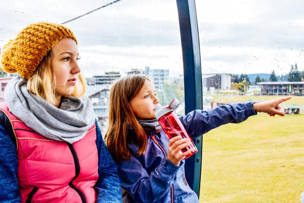 Mutter und Tochter in der Liftkabine - Aktivurlaub im Schwarzwald