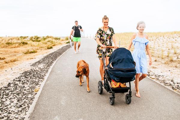 Spaziergang Familie mit Hund - Urlaub mit Hund Tipps
