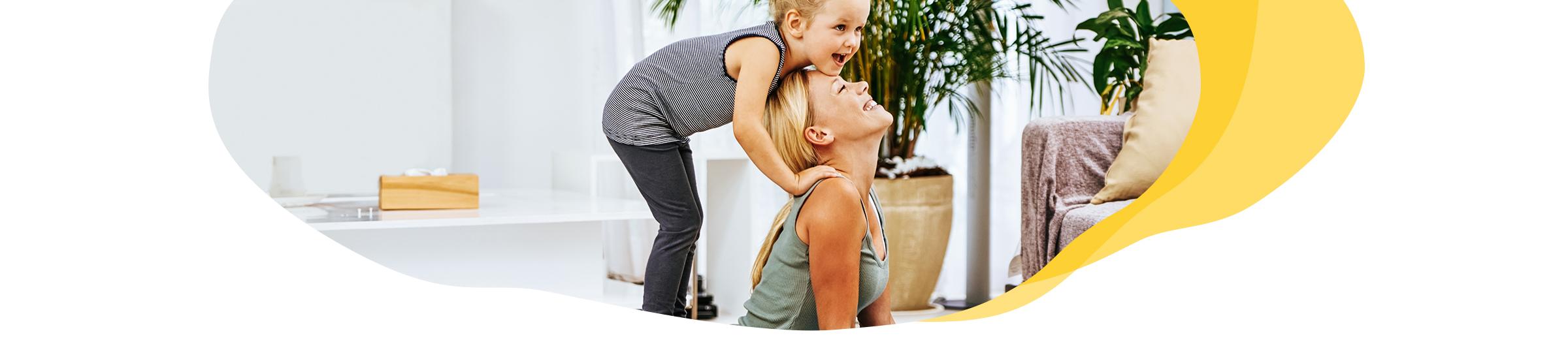 Mutter und Kind machen Sport zuhause