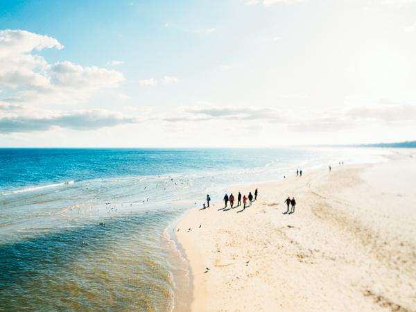 Spaziergänger am Strand - Wochenendtrips