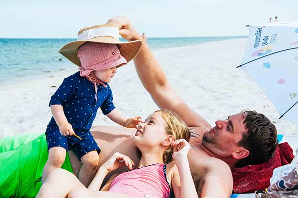 Familie am Strand - Erster Strandurlaub mit Baby