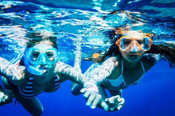 Jugendliche beim Tauchen - Familienurlaub auf den Balearen