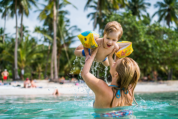 Mutter und Kind baden in Thailand - Reiseziele im Frühling