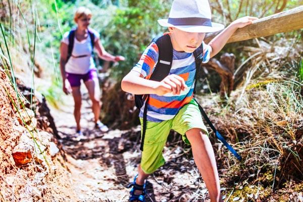 Kindern wandern beim Familienurlaub auf den Balearen