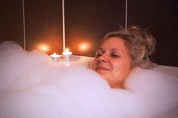Frau in der Badewanne - Ferienhaus vs. Hotel