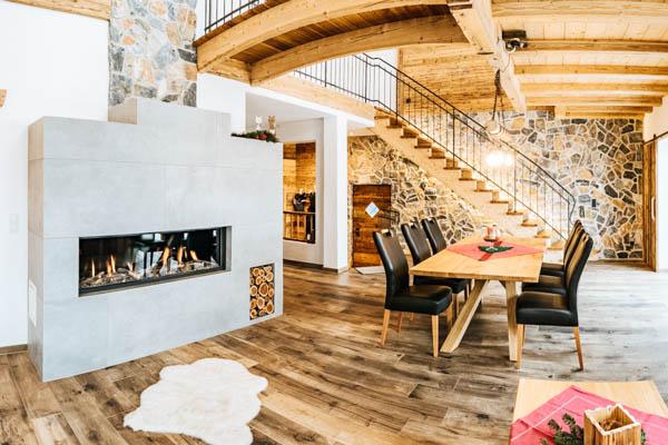 Wohnzimmer mit Kamin im Chalet Alpengruss