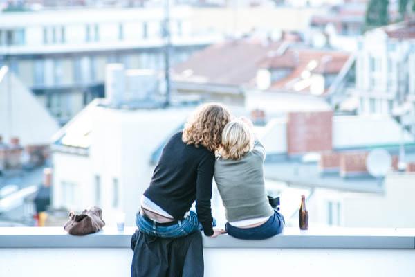 Jugendliche sitzen auf einer Dachterrasse - Jugendliche alleine im Urlaub