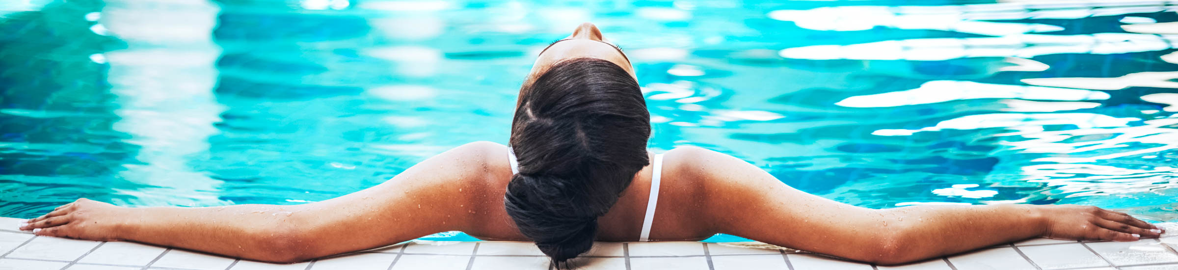 Frau im Pool entspannt im Ostseeheilbad