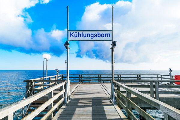 """Seebrücke mit Schild """"Kühlungsborn"""""""