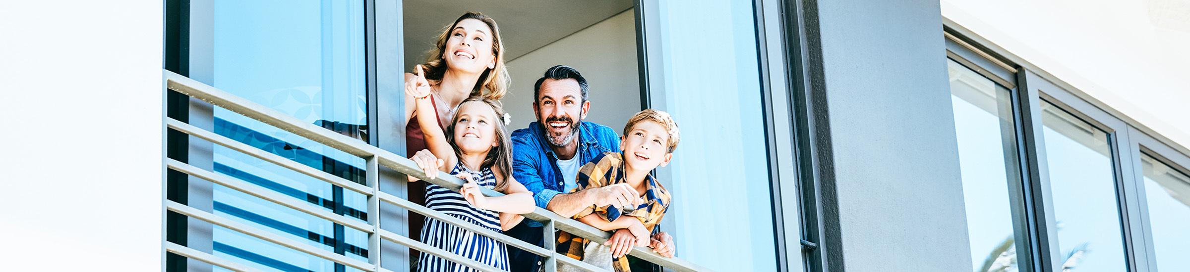 Familie guckt gespannt aus dem Fenster ihrer Ferienimmobilie_Header für den Artikel zum Kaufmarktplatz