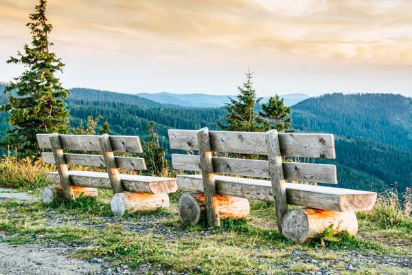 Bänke auf dem Feldberg mit Blick auf den Schwarzwald
