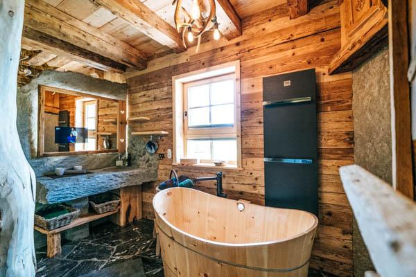Badewanne in der Berghütte Wildererhütte