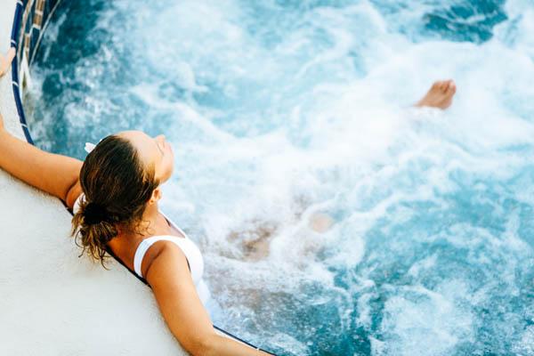 Junge Frau entspannt im Whirlpool