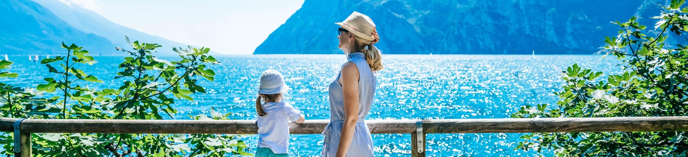 Mutter mit kleiner Tochter am Gardasee – Gardasee mit Kindern Header Desktop