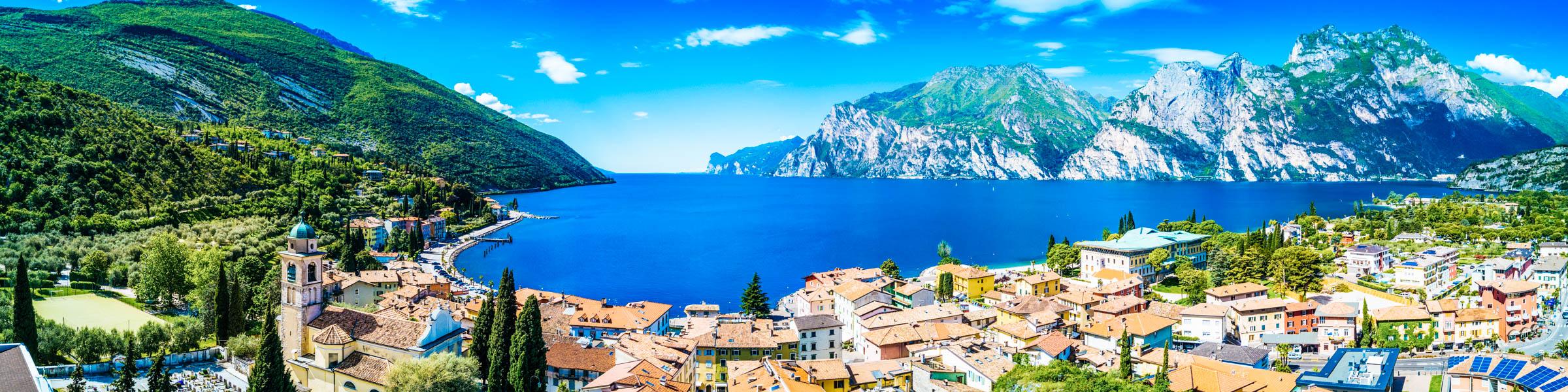 Blick auf den Gardasee und die Berge und die Stadt Torbole