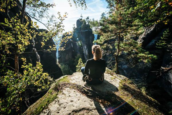 Frau entspannt nach dem Wandern in der Sächsischen Schweiz – Herbst-Reiseziele