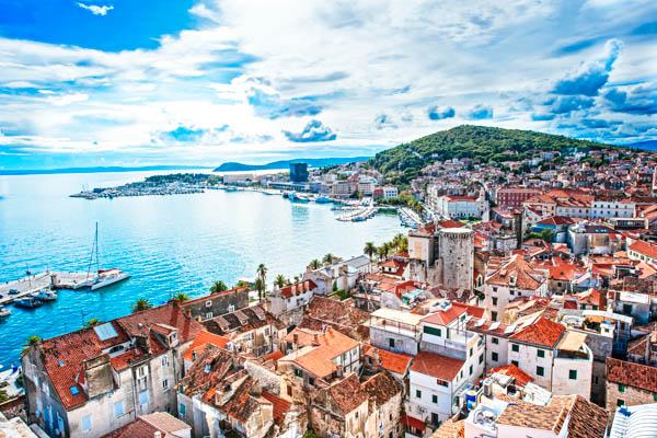 Skyline von Split in Kroatien mit Blick aufs Meer